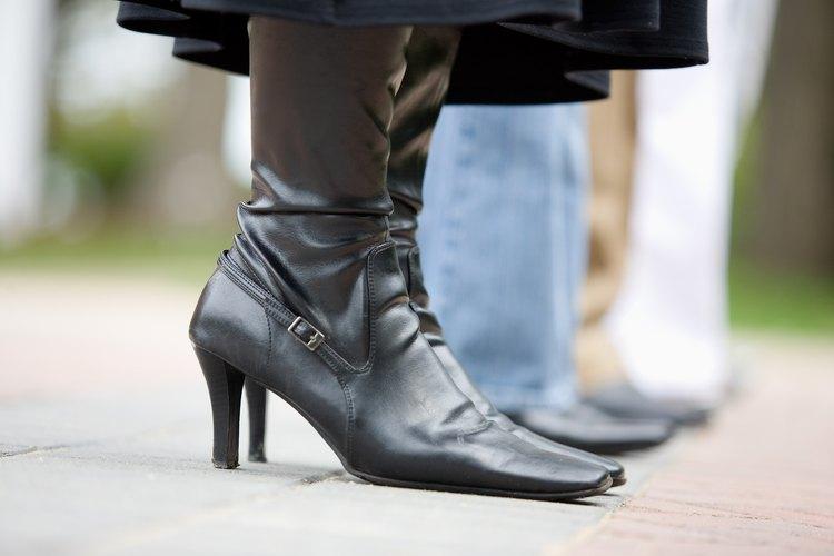 No dejes que el agua se asiente en tus zapatos de cuero por mucho tiempo.