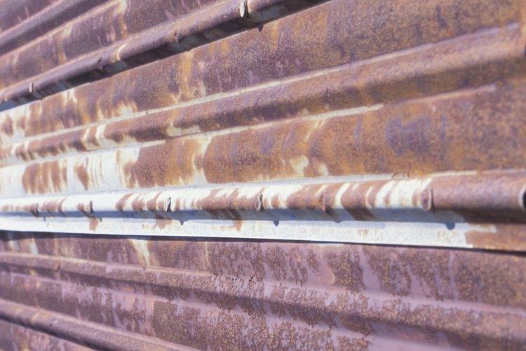 La pintura o el recubrimiento en un techo disminuirá la posibilidad de óxido y corrosión en el techo del cobertizo.