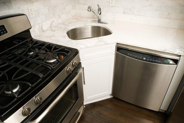 Instalar un lavavajillas Frigidaire requiere de ciertas habilidades básicas de plomería.