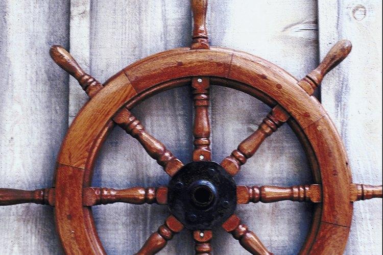 Mantener una buena capa de barniz es una parte crucial del mantenimiento de un bote de madera.
