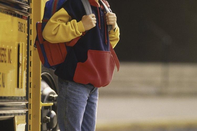 Enseña a tu hijo a no caminar detrás de un autobús.