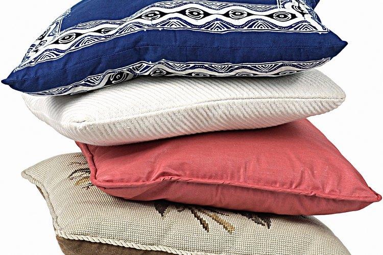 Haz cojines de diferentes telas para lograr un aspecto bohemio.