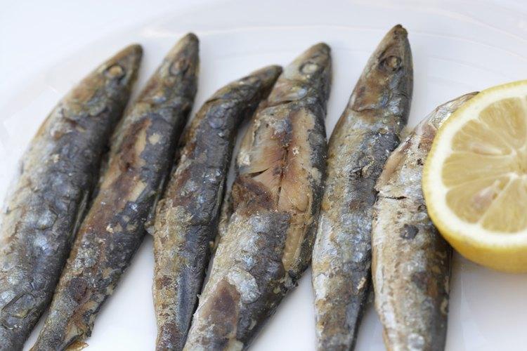 Aunque puedes preparar el pescado dejando la cabeza, es más común y limpio quitarla antes de servirlo.