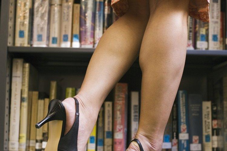 Evita las faldas cortas y quédate con aquellas que quedan justo sobre la rodilla o más largas.