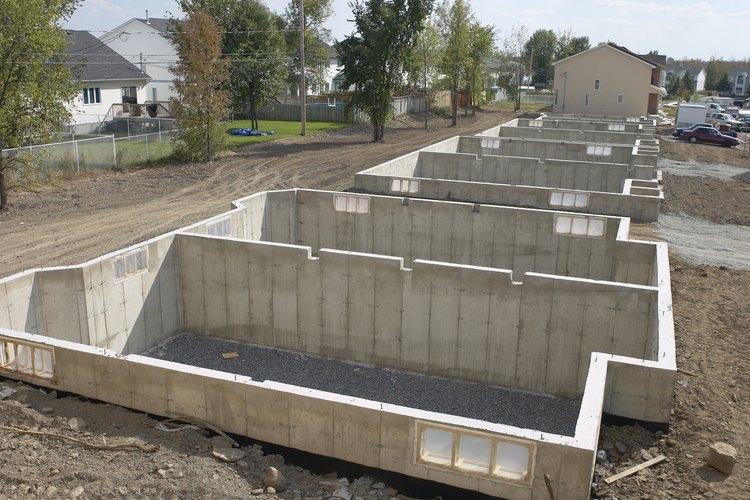 Los cimientos de hormigón, dependiendo de las condiciones externas e internas, normalmente utiliza paredes entre 8 y 12 pulgadas (20,32 y 30,48 cm) de espesor en promedio.