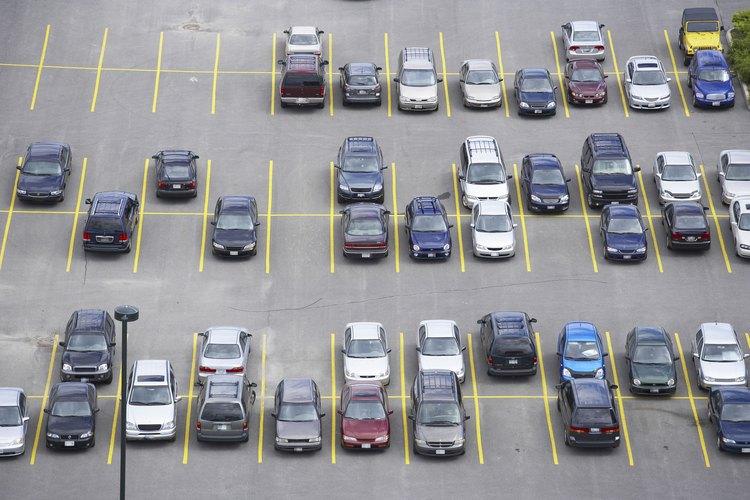 Los estacionamientos deben tener el debido señalamiento para un uso seguro.