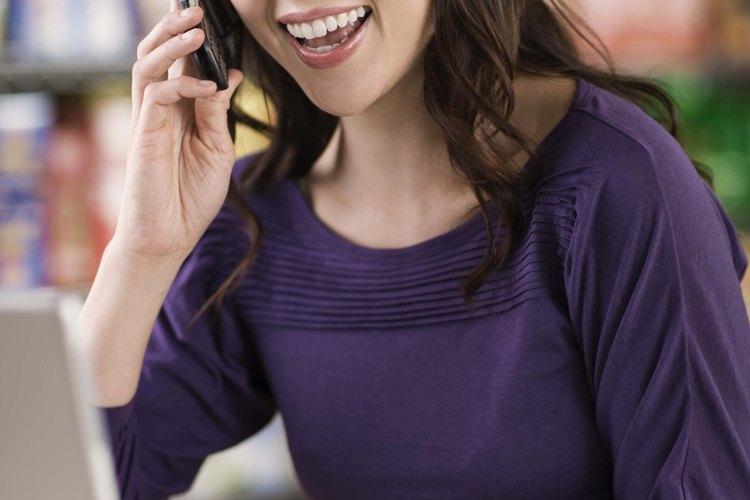 Una conversación por celular puede dar lugar a una barrera de comunicación física debido a que otras personas te pueden escuchar.
