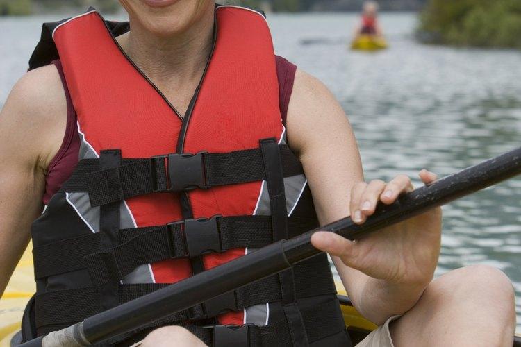 Los campistas pueden hacer kayakismo en un lago subalpino de Colorado.