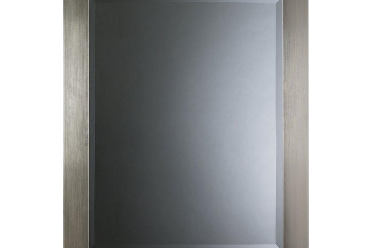 Un espejo con marco puede ampliar el espacio.