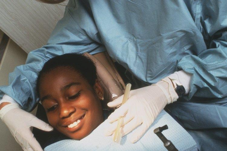 Aprende más información sobre el proceso de la caries dental con tu hijo.