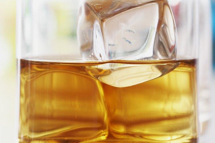 La Administración de Comida y Drogas (FDA, por sus siglas en inglés) prohibe aditivos en el bourbon con la excepción del agua.