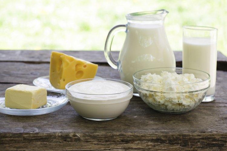 Varios alimentos lácteos sobre una mesa de campo.