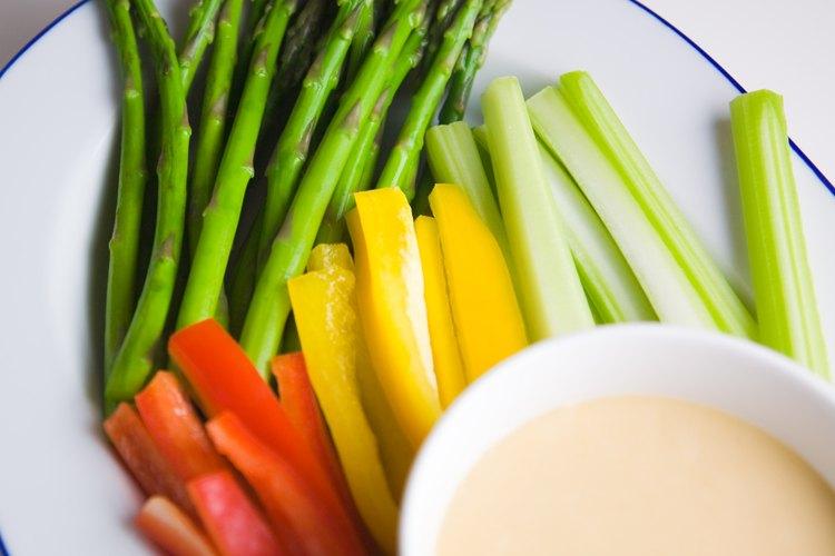 Un bol de frutas frescas o un plato de zanahorias calmará el hambre.