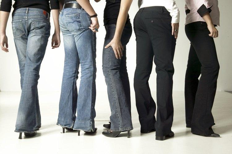 Los vaqueros de bota recta acentúan una cintura pequeña y una figura con curvas.
