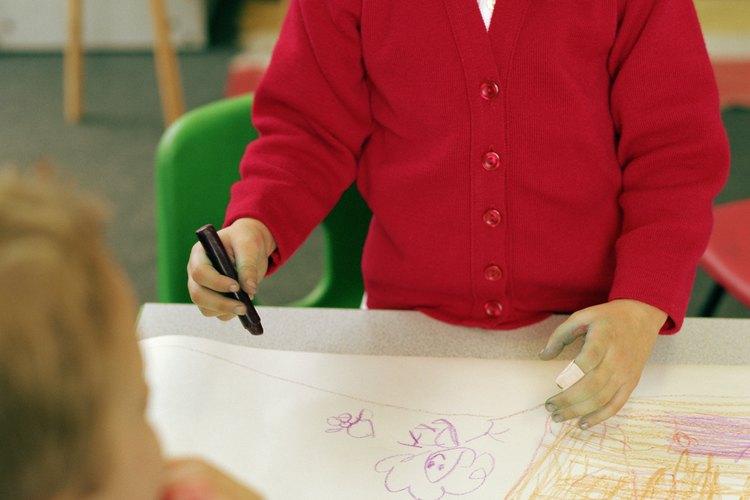 Entrega a los niños hojas en blanco y aliéntalos a que jueguen con pequeños objetos como crayones, tiza, lápices o incluso pinceles.