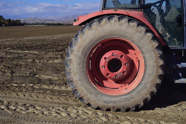 Revisa el número de los neumáticos de tu tractor.