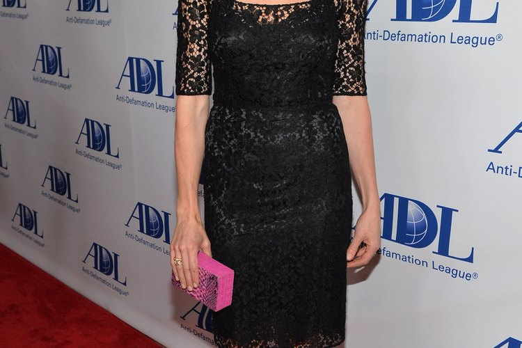 El vestido de encaje de Sarah Chalke representa el romance de una manera elegante y sofisticada.