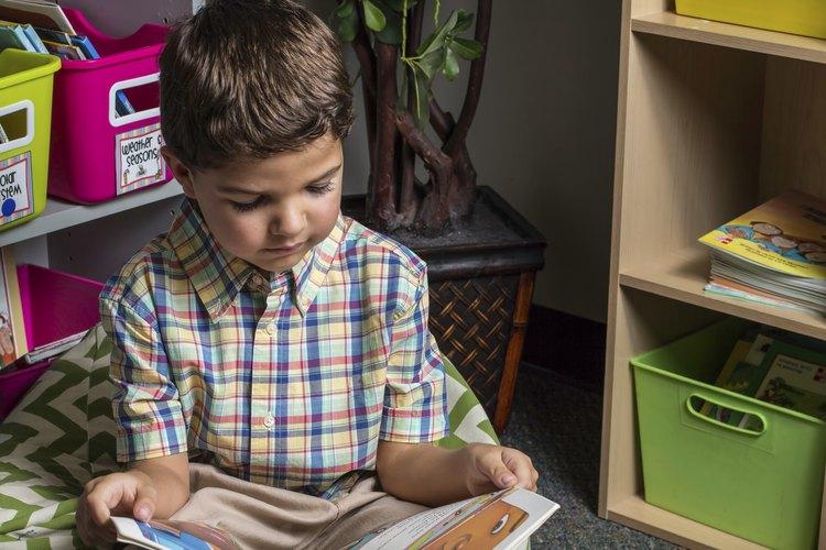 El rincón de la biblioteca de preescolar ofrece un lugar para que los niños preescolares exploren los libros ilustrados.
