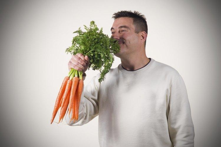 Huele las zanahorias para verificar que no tengan mal olor.