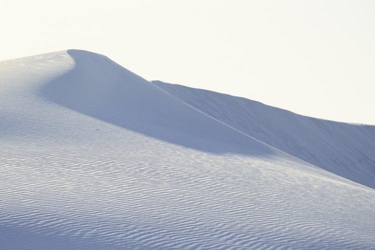 Las dunas de arena en el White Sands National Monument, New Mexico son granos de cuarzo meteorizados.