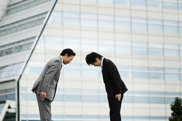 Dos hombres de negocios saludándose con una reverencia en Japón