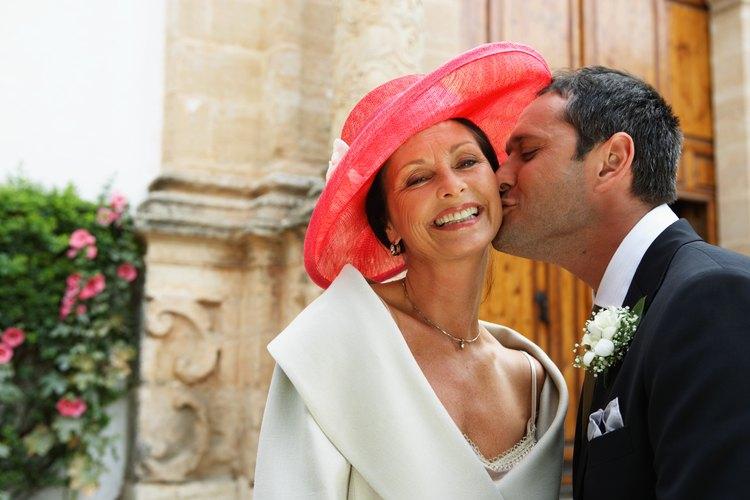 Durante la recepción, generalmente el novio y su madre comparten un baile especial para celebrar el lazo que los une.