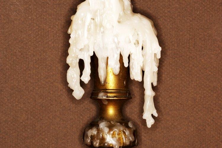 La cera de velas viejas servirá como un adhesivo para tus iniciadores de fuego caseros.