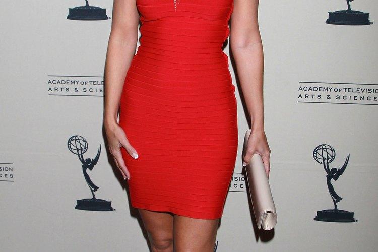 La actriz Sharon Case viste un simple vestido para cóctel rojo combinado con un elaborado collar en la ceremonia de los Premios Daytime Emmy del 2011.