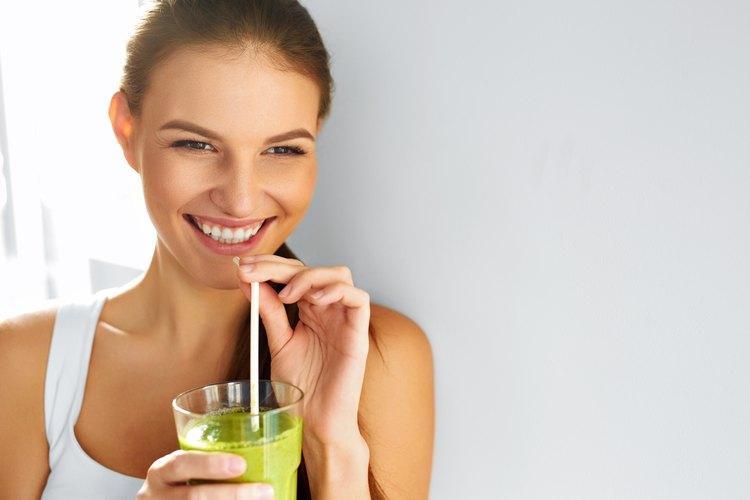 Prueba con estos jugos naturales para perder grasas.