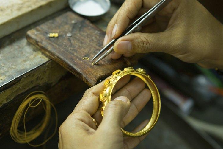 Artista que trabaja en la joyería hecha a mano