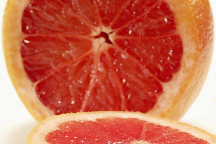 Lo árboles de pomelo Ruby Red producen frutos de pulpa roja.
