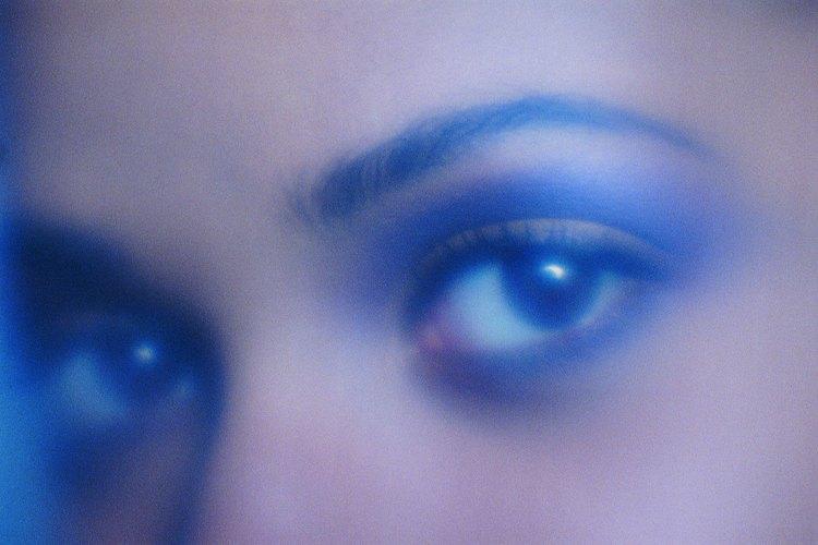 La sombra de ojos ahumada y las cejas marcadas con lápiz estaban de moda en los años 80.