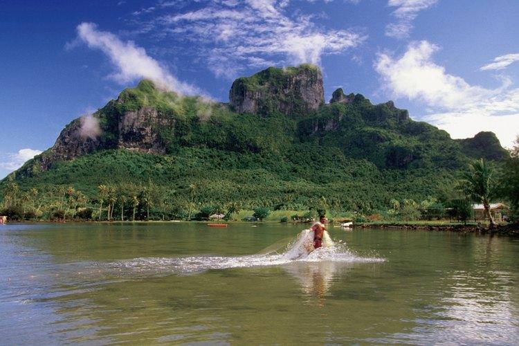 Toma un bote para pescar en las lagunas de Bora Bora.