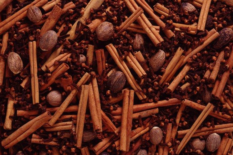 El clavo de olor contiene un aceite esencial que es efectivo para repeler plagas como las hormigas y las cucarachas.