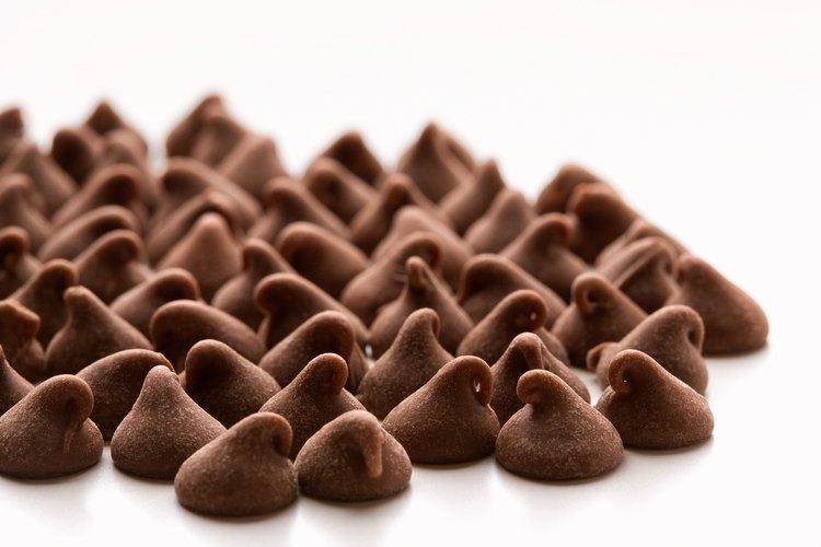 El chocolate se hace de granos de cacao que se fermentan después de cosecharlos para mejorar el sabor.