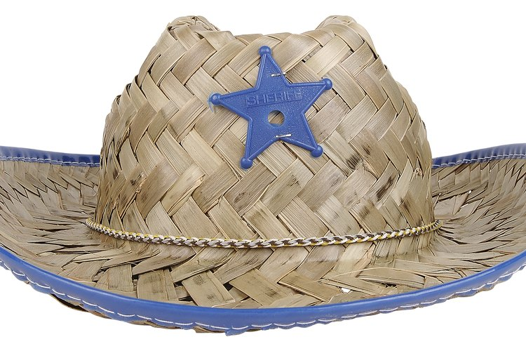 Usa un sombrero de vaquero como parte de una exhibición temática sobre las mesas.