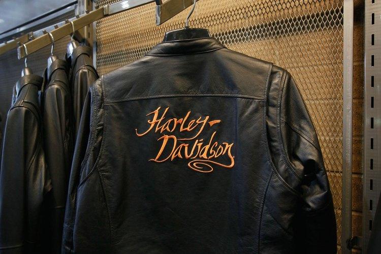 Los locales de Harley Davidson ofrecen hasta camperas de cueros con la marca estampada.