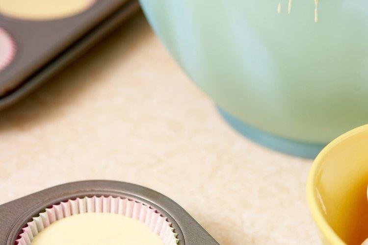 Masa de pastelitos en un bol y potes.