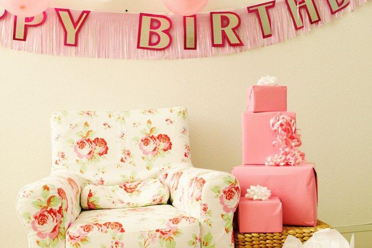 Dale a la decoración de tu fiesta un toque significativo creando tus propios carteles para celebrar la ocasión y saludar al invitado de honor.