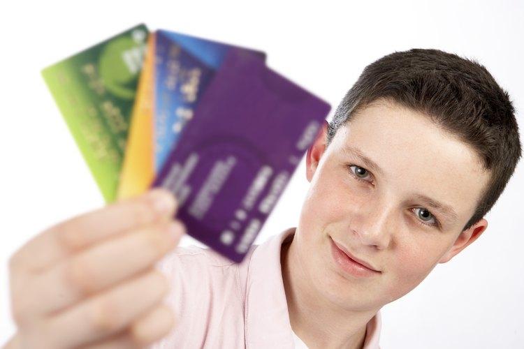 El mercado de las compañías de tarjetas de crédito para los estudiantes de tercer y cuarto año de secundaria.