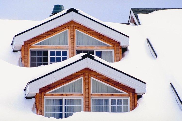 La nieve se acumula en las cavidades de los techos multinivel.