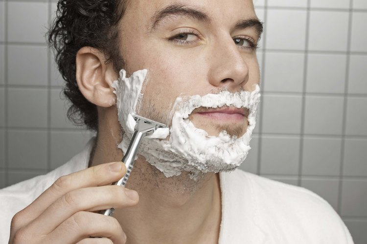 Afeita tus patillas al mismo tiempo que afeitas tu cara.