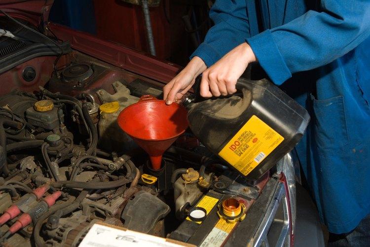El aceite de motor es uno de los muchos aceites que manchará una variedad de superficies, incluyendo tapetes y alfombras.