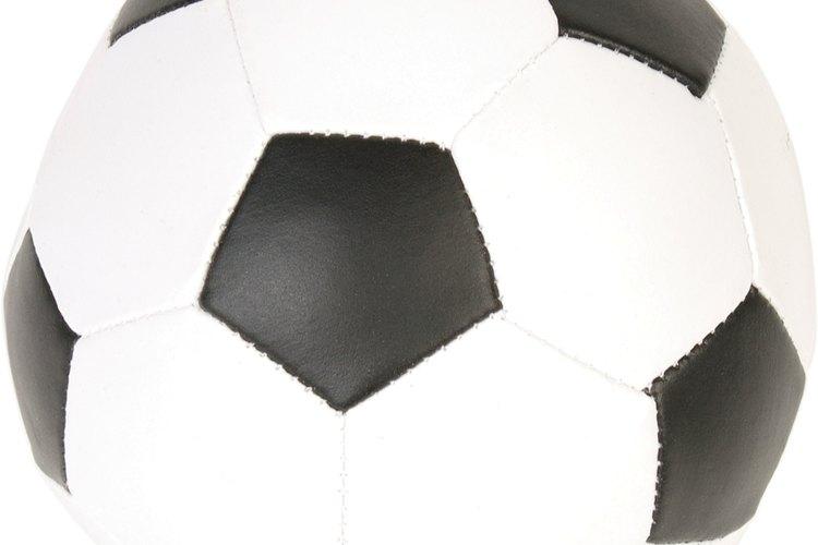 Las figuras de color negro en una pelota de fútbol son pentagonales.