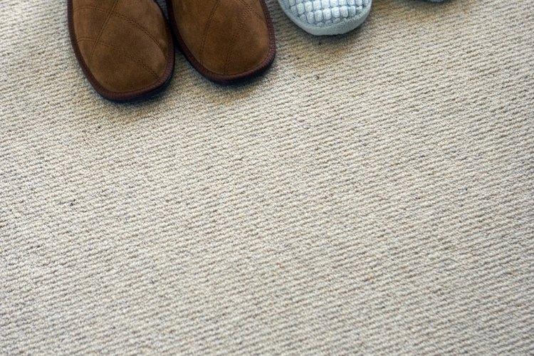 Los pisos con alfombra generan una transición fluida entre las plantas de la vivienda.