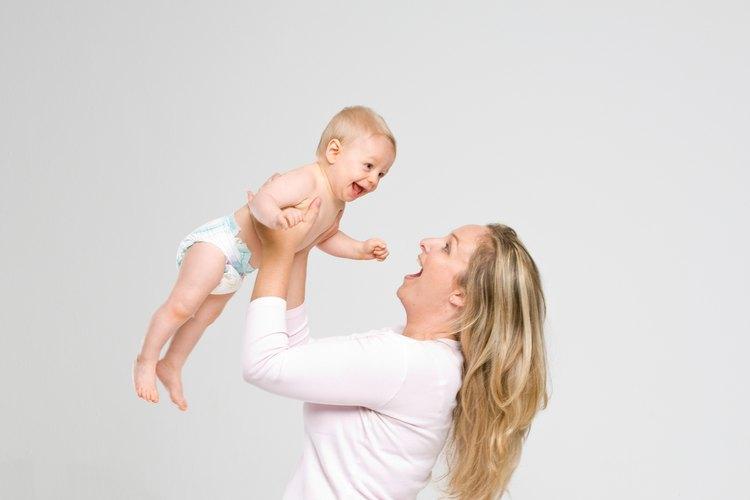 Interactuar con los bebés es imprescindible para el desarrollo.