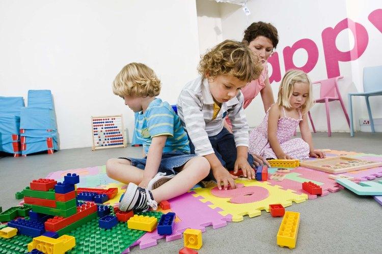 El unir los bloques ayuda a que los niños desarrollen su imaginación y creatividad.