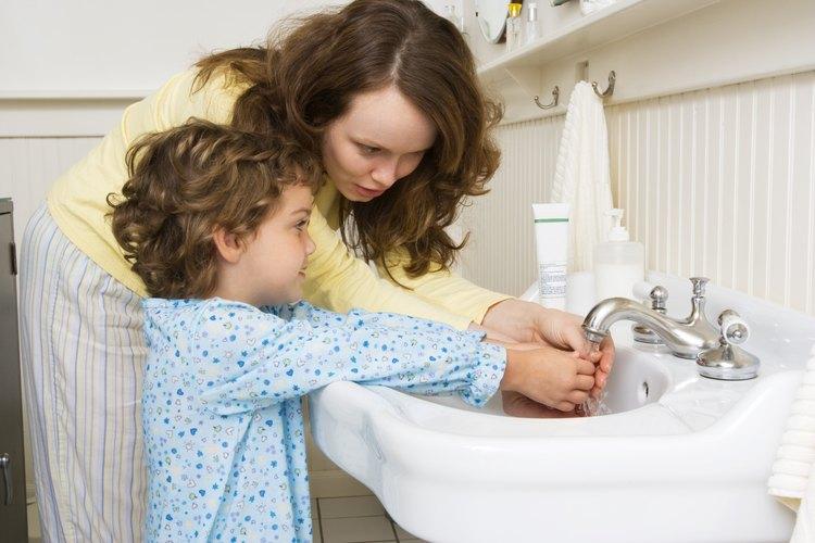 Un truco que puedes usar es enseñarles a cantar una canción mientras lavan sus manos.