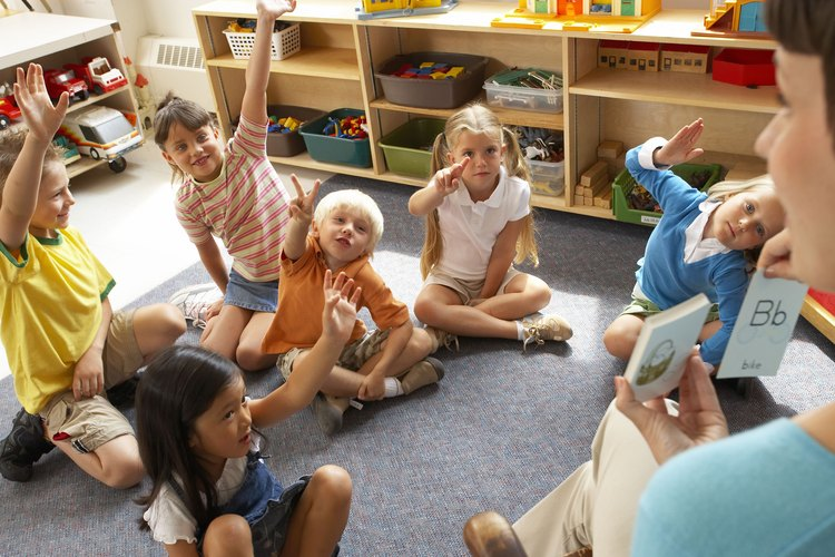 Prepara actividades estructuradas para un grupo de niños en la escuela.