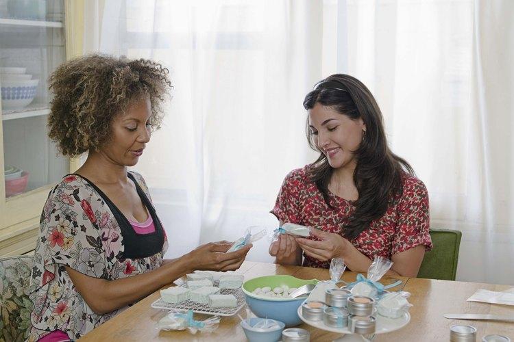 Jugar juegos en las reuniones de un grupo de mujeres provee entretenimiento.